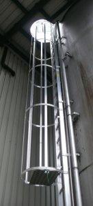 JUST stacionární fasádní únikové žebříky pro výstup na střechu