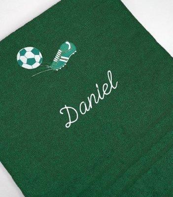 Froté osuška s fotbalovou výšivkou a menom - tmavo zelená